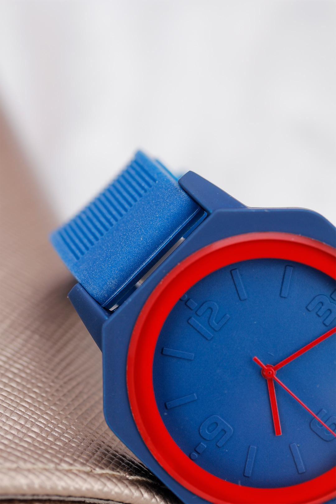 Lacivert Renk Kırmızı Detaylı Spor Kasa Tasarımlı Silikon Kordonlu Bayan Saat