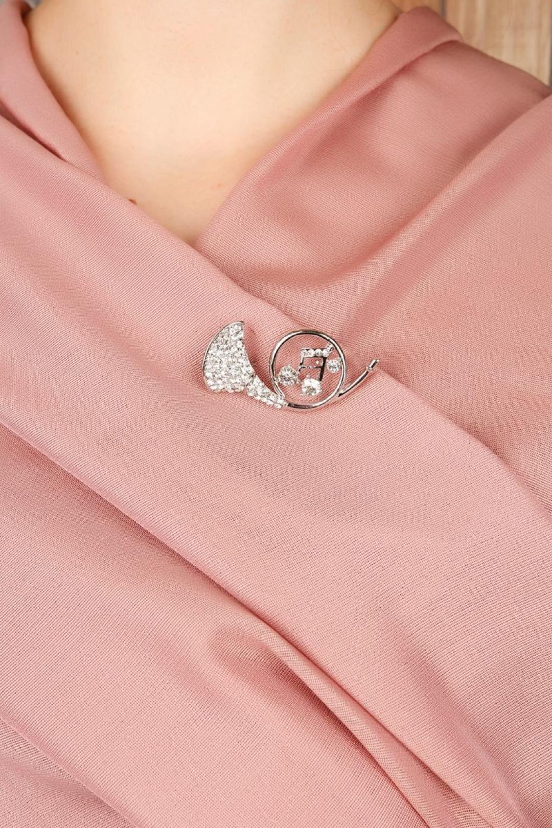 Gümüş Saksafon Figürlü Parlak Taşlı Bayan Broş