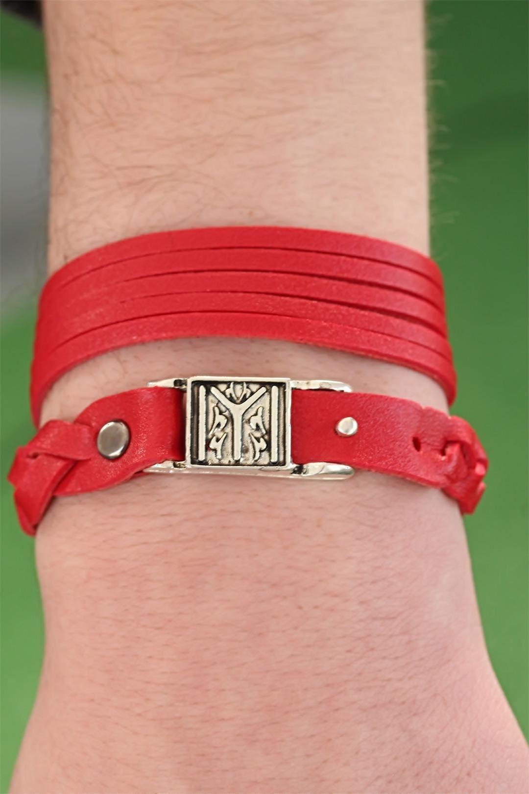 Desenli Metal Aksesuarlı Kırmızı Deri Erkek Bileklik Kombin