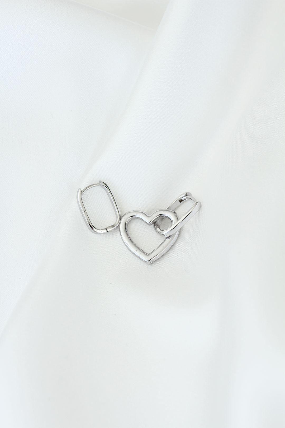 Kalp Model Gümüş Renk Metal Kadın Küpe