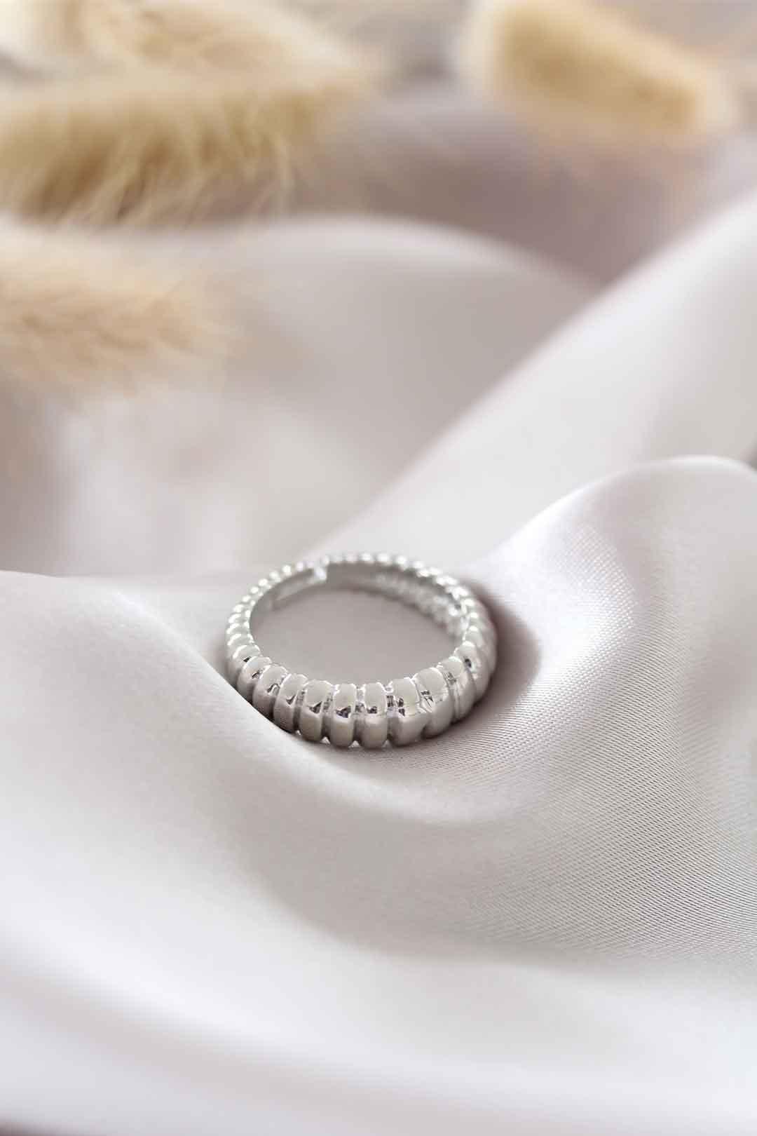Gümüş Renk Ayarlamalı Burgu Kadın Yüzük