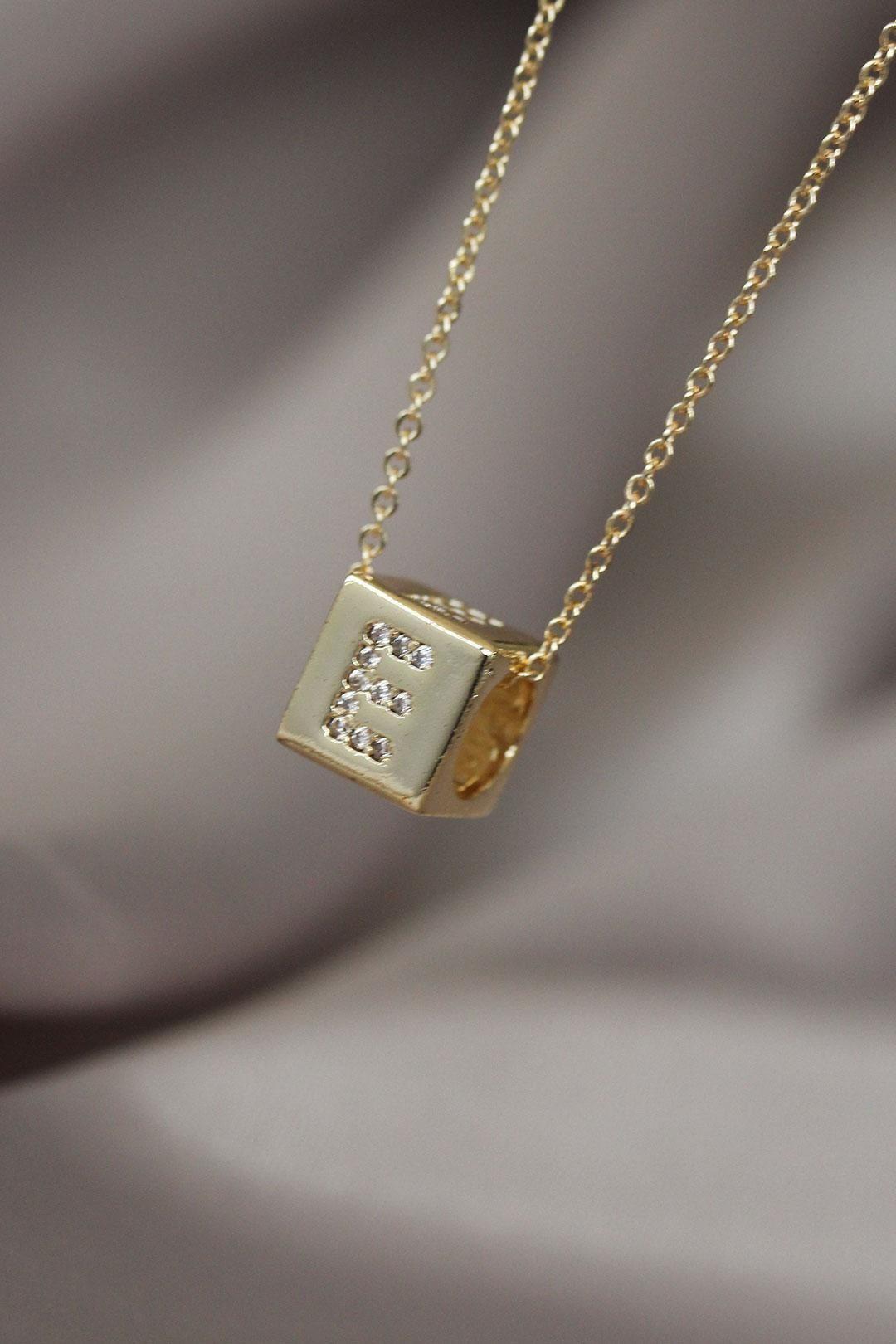 Gold Renk Zirkon Taşlı Küp Model E Harfli Kolye