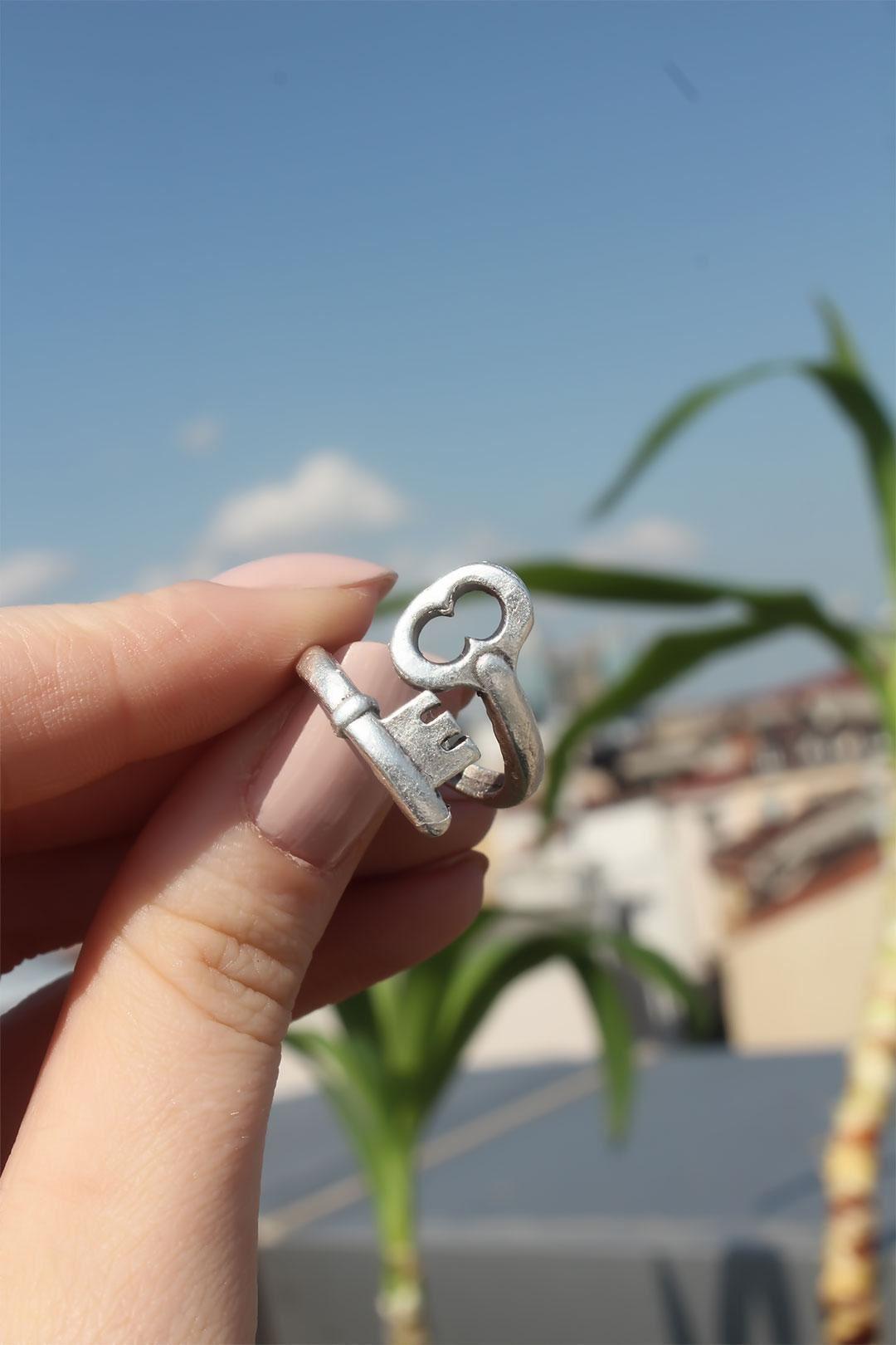 Anahtar Kilit Tasarımlı Metal Ayarlamalı Antik Yüzük